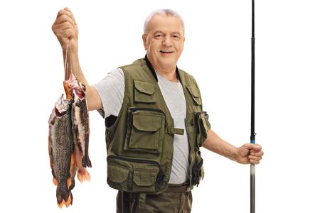 pecheur: pêcheur d'âge mûr heureux avec un poisson frais et une canne à pêche isolé sur fond blanc