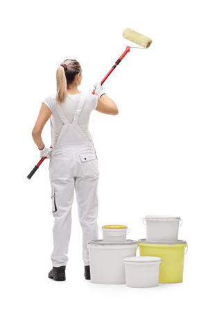 longueur arrière plein écran d'un tableau de peintre femme avec un rouleau de peinture isolé sur fond blanc Banque d'images