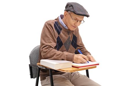 Stoel Voor Ouderen : Oude man in glazen met map en pen zittend op een stoel geïsoleerd