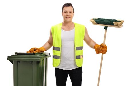 recolector de basura: Colector de residuos con un cubo de basura y una escoba aisladas sobre fondo blanco