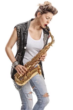 Punk fille jouant un saxophone isolé sur fond blanc