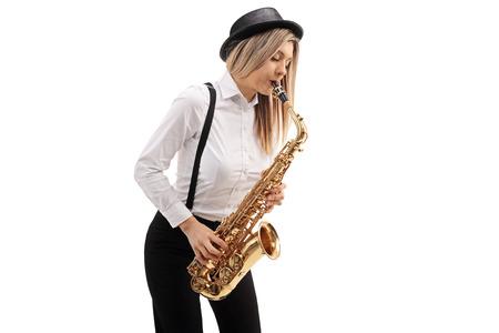 Musicien de jazz féminin jouant à un saxophone isolé sur fond blanc