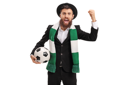 흰 배경에 고립 된 응원 스카프와 함께 유쾌한 축구 팬