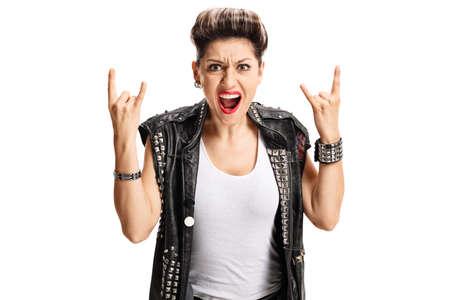 rocker girl: Muchacha punk enojada que hace gesto de la mano de la roca aislada en el fondo blanco