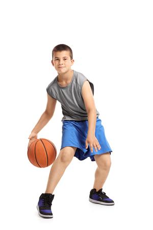 Portrait plein d'un enfant jouant avec un basket-ball isolé sur fond blanc Banque d'images - 81282679