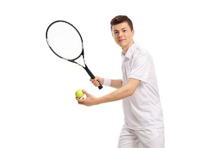 Tiener tennisspeler voorbereiden om te dienen geïsoleerd op een witte achtergrond