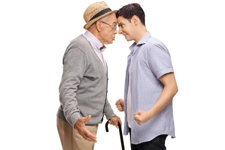 Grand-père et petit-fils poussant la tête les uns contre les autres isolé sur fond blanc Banque d'images - 81320018