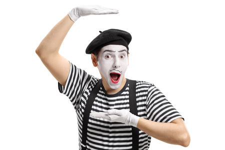 pantomima: Mimo artista haciendo gestos con sus manos aisladas sobre fondo blanco