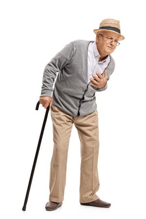 convulsión: Retrato de cuerpo entero de un mayor que tiene un ataque al corazón aislado en fondo blanco