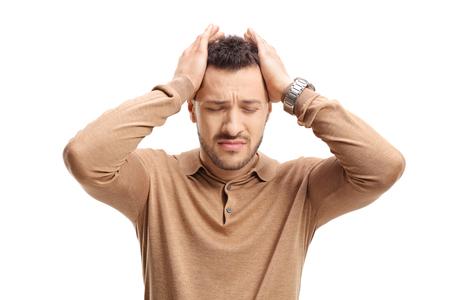 Individuo joven que experimenta dolor de cabeza aislado en el fondo blanco Foto de archivo - 82664105