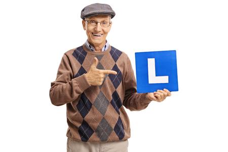 Senior met een L-teken en wijst geïsoleerd op een witte achtergrond Stockfoto - 83103102