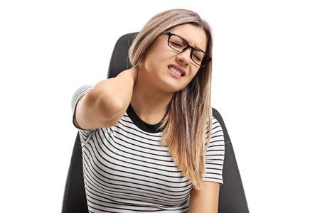 흰색 배경에 고립 목 통증을 경험하는 자리에 장착하는 젊은 여자 스톡 콘텐츠