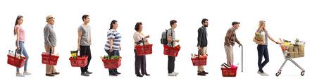 Foto de perfil completo de personas con comestibles esperando en línea aislada sobre fondo blanco Foto de archivo - 85805598