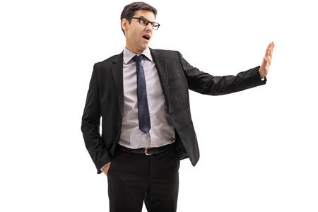 Hombre de negocios haciendo un gesto de rechazar con la mano aislada sobre fondo blanco Foto de archivo - 86039649
