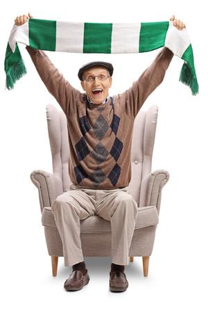 anziano senior che tiene una sciarpa e che si siede in una poltrona isolato su fondo bianco