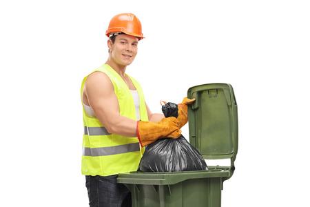 Collettore di rifiuti che svuota un bidone della spazzatura isolato su fondo bianco