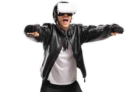 Opgewekte fietser met een VR-hoofdtelefoon die beweert een motor te drijven die op witte achtergrond wordt geïsoleerd