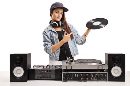 Dj femenina que sostiene un disco de vinilo y apuntando aislado en el fondo blanco Foto de archivo - 87926169