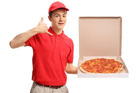 十代のピザ配達少年は、ピザボックスを保持し、白い背景に隔離された私のジェスチャーを呼び出す 写真素材