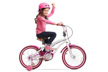 흰 배경에 고립 된 그녀의 손으로 몸짓으로 자전거와 어린 소녀