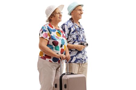 Bejaarde toeristen met een koffer die op witte achtergrond wordt geïsoleerd