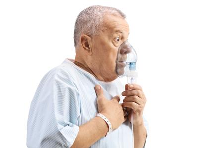 Paziente anziano che utilizza una maschera per inalazione