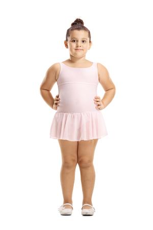 Retrato de cuerpo entero de una niña en un vestido de ballet rosa posando aislado en blanco