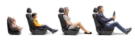 In voller Länge Profilaufnahme eines Vaters, einer Mutter, eines Jungen und eines Babys in Autositzen mit einem befestigten Sicherheitsgurt, der eine Autofahrt isoliert auf weißem Hintergrund simuliert