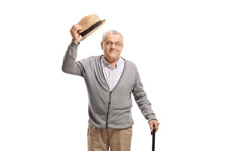 Senior man groet met zijn hoed geïsoleerd op witte achtergrond