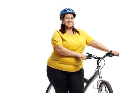 Mujer gordita con una bicicleta aislado sobre fondo blanco.