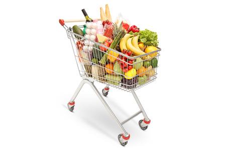 Carro de compras con diferentes productos alimenticios aislado sobre fondo blanco. Foto de archivo