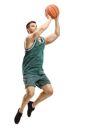 Tourné sur toute la longueur d'un joueur de basket-ball masculin tirant une balle isolée sur blanc