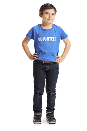 Ganzaufnahme eines freiwilligen Kindes, das isoliert auf weiß posiert Standard-Bild