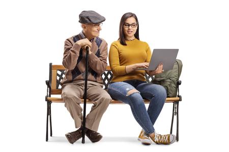 Senior hombre y estudiante con un portátil sentado en un banco aislado sobre fondo blanco.