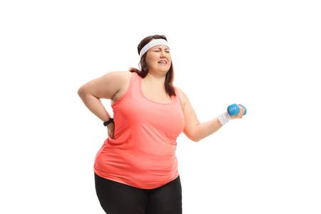 Donna sovrappeso che lotta per sollevare un piccolo manubrio isolato su sfondo bianco Archivio Fotografico