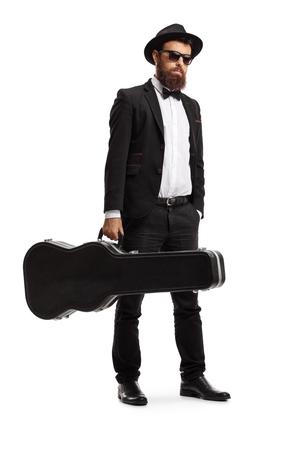 Ritratto a figura intera di un musicista maschio in piedi con una custodia per chitarra isolata su sfondo bianco