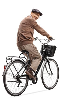 Disparo de longitud completa de un hombre mayor alegre en bicicleta y sonriendo a la cámara aislada sobre fondo blanco Foto de archivo