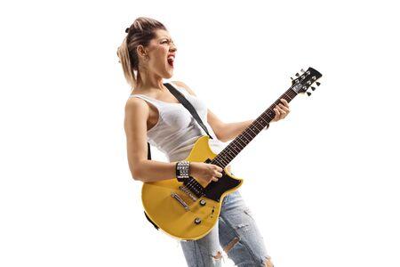 Joven músico punk cantando y tocando una guitarra eléctrica aislado sobre fondo blanco.