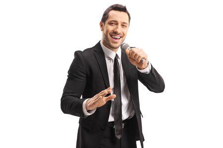 Hombre guapo joven con un micrófono en la mano aislado sobre fondo blanco.