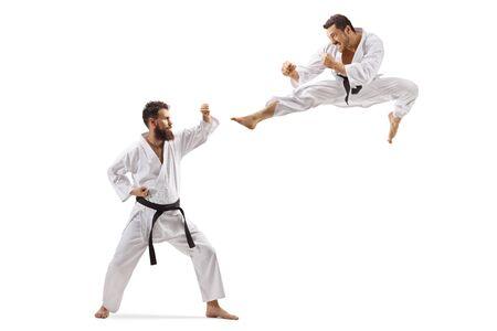 Colpo integrale di due uomini in kimono che combattono isolati su sfondo bianco