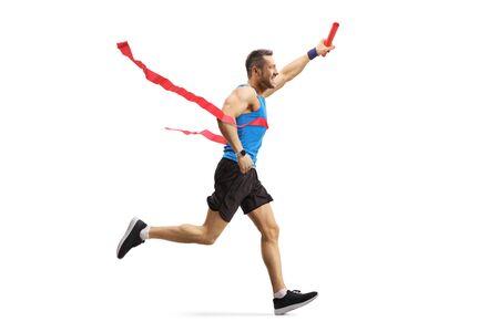 Aufnahme in voller Länge von einem jungen Mann, der einen Staffellauf beendet und einen Taktstock isoliert auf weiß hält