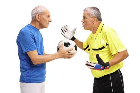 Zły starszy bramkarz krzyczy na piłkarza na białym tle