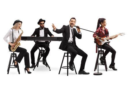 Groupe de musique avec un guitariste, un saxo et un clavier et un chanteur isolé sur fond blanc