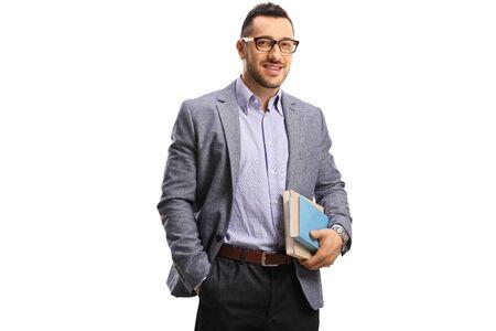 Junger Mann, der Bücher hält und in die Kamera lächelt, isoliert auf weiß