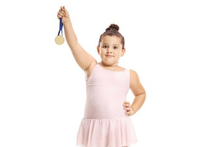 Niña bailarina de ballet sosteniendo una medalla de oro aislada sobre fondo blanco