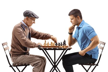 Men playing chess isolated on white Zdjęcie Seryjne - 131719605