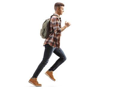In voller Länge Profilaufnahme eines männlichen Studenten mit einem Rucksack, der isoliert auf weißem Hintergrund läuft