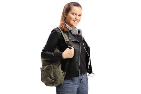 Estudiante con una mochila y auriculares alrededor de su cuello aislado sobre fondo blanco.