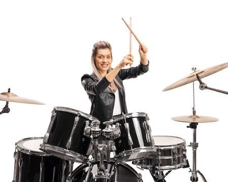 Schöne weibliche Schlagzeugerin mit einem Schlagzeug und Drumsticks isoliert auf weißem Hintergrund