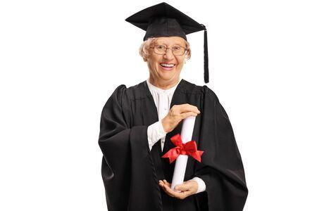 Graduado de la mujer mayor en una bata con un diploma en sus manos aislado en blanco